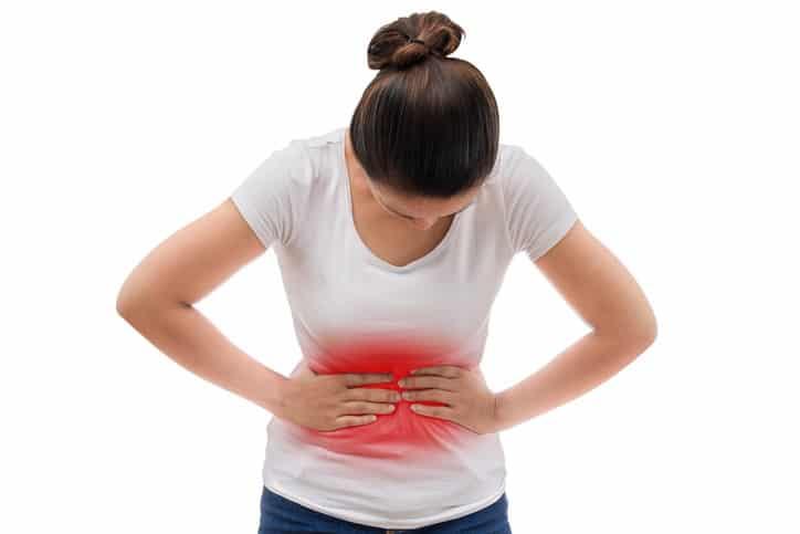 Один из основных симптомов при гепатитах - боли в  верхних отделах живота